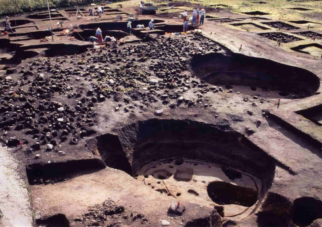 10.2Archaeological remains of an artificial earthen mound and unearthed artifacts Ofune Site